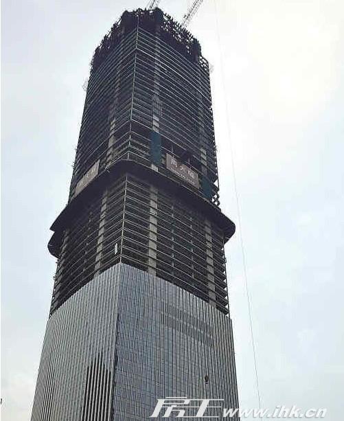 正文     房王网讯:广州东塔外立面的玻璃外墙装置到整个建筑物高度的
